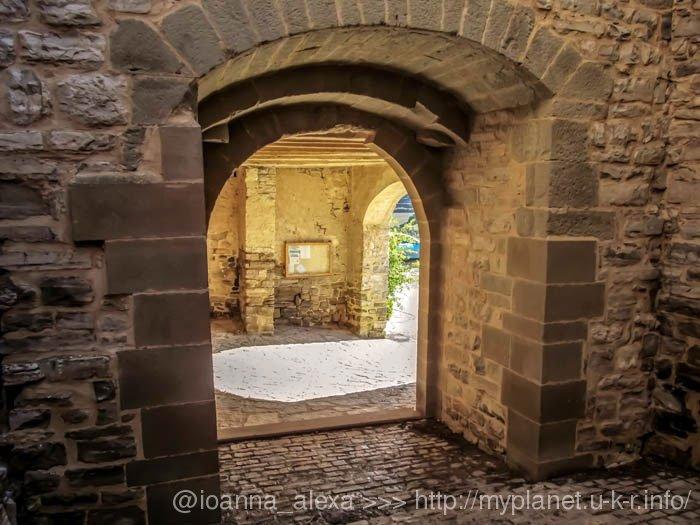 Каменные стены и узкие проходы средневековой крепости